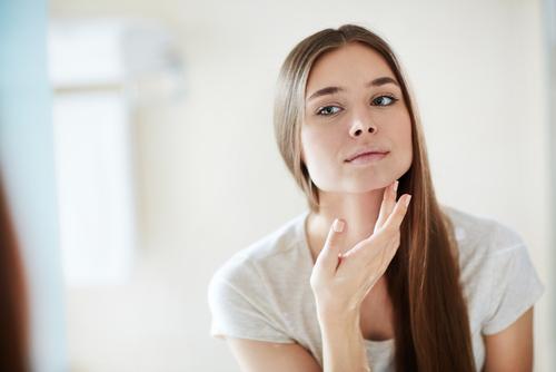 Abbildung einer Frau, die unter einer strapazierten Haut leidet